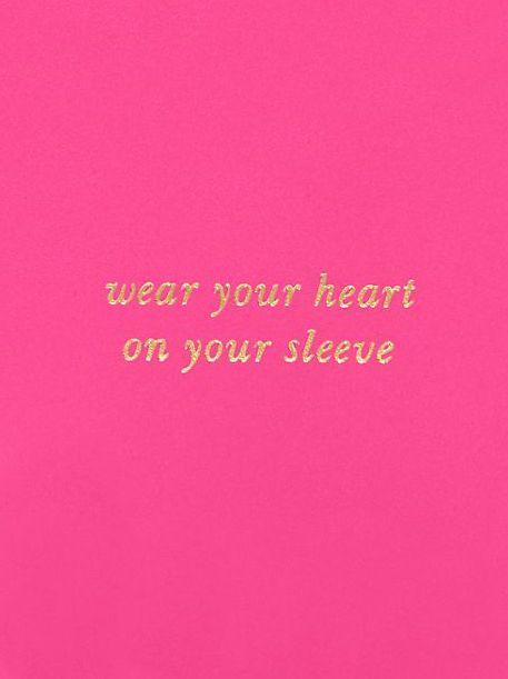 wearing your heart on your sleeve Hola: wear your heat on your sleeve ¿alguien me podría decir el equivalente en castellano de esta expresión un saludo.