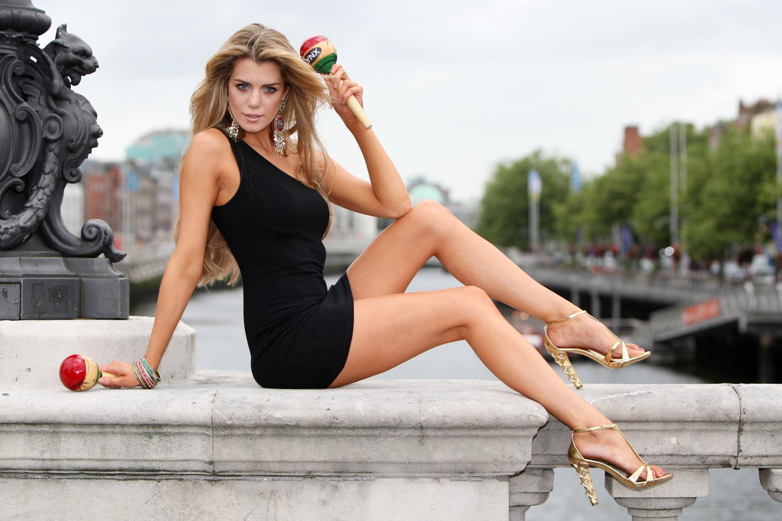 други фото красивых ног красоток женщина совращает старенького